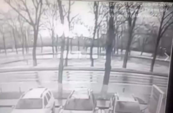 Na snímke z videa pád lietadla