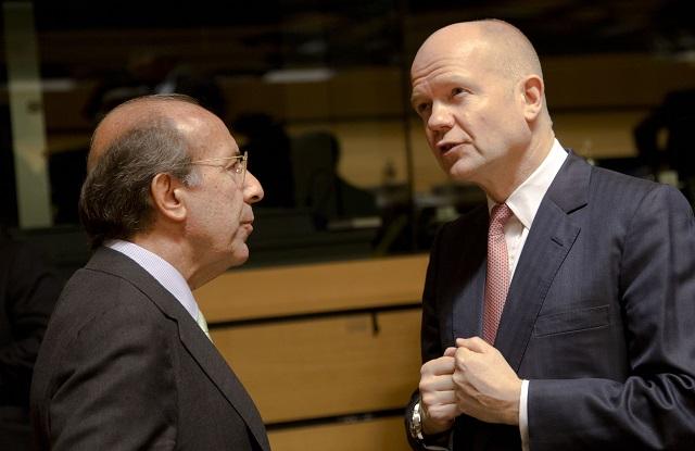 Na archívnej snímke britský minister zahraničných vecí William Hague (vpravo) a jeho španielsky rezortný kolega José Manuel García-Margallo