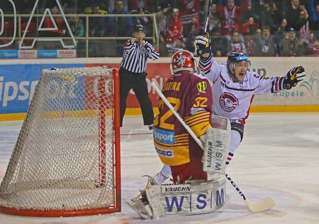 Na snímke sprava Juraj Majdan (Banská Bystrica) a Jan Chábera (Trenčín) v prvom zápase štvrťfinále play off hokejovej Tipsport Ligy HC'05 iClinic Banská Bystrica - HK Dukla Trenčín 13. marca 2016