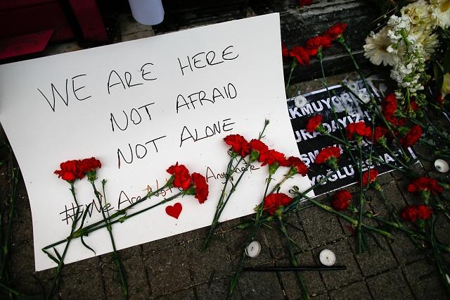 ervené karafiáty, sviečky a odkaz nechali ľudia na mieste samovražedného bombového útoku v centre Istanbulu v sobotu 19. marca 2016