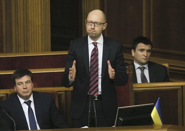 Na snímke ukrajinský premiér Arsenij Jaceňuk (v strede) reaguje po tom, ako prežil hlasovanie o vyslovení nedôvery jeho vláde počas zasadnutia parlamentu