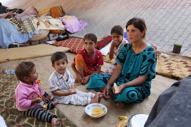 Ilustračné foto: Iračanka s deťmi z komunity Jezídov