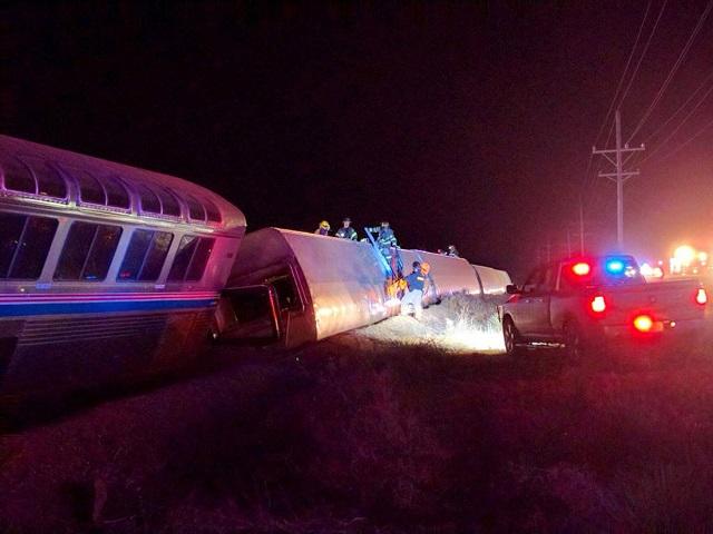Záchranári pracujú na mieste vykoľajenia vlaku na juhozápade Kansasu, asi 30 kilometrov od Dodge City 14. marca 2016. Vlak spoločnosti Amtrak smerujúci z Los Angeles do Chicaga sa vykoľajil dnes tesne po polnoci na juhozápade Kansasu, asi 30 kilometrov od Dodge City. V nemocnici skončilo asi 20 ľudí
