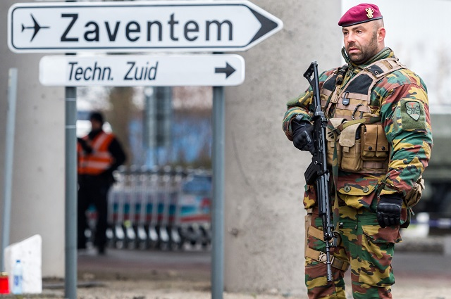 Belgický vojak  hliadkuje na bruselskom letisku Zaventem.Bruselské letisko Zaventem zostane po utorkových útokoch zavreté na neurčito, informovala v stredu belgická televízia RTBF. Správa letiska podľa televízie požiadala nájomcov priestorov v areáli, aby znížili počet prítomných zamestnancov na nutné minimum. Podľa hovorkyne letiska Anke Fransenovej je tam v rôznych prevádzkach zamestnaných okolo 20.000 ľudí
