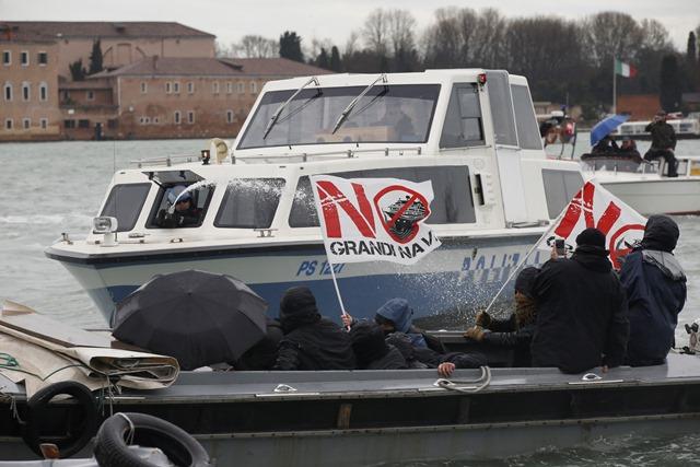 Na snímke aktivisti  počas stretov s políciou   na vodnej ploche počas demonštrácie pri Námestí svätého Marka v Benátkach