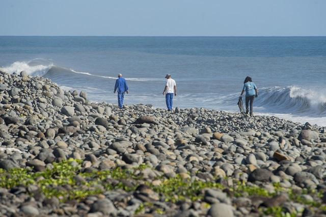 a archívnej snímke z 10. augusta 2015 zamestnanci mesta prehľadávajú pláž na ostrove Réunion