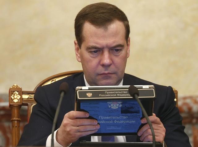 Medvedev sa pozerá do počítača počas zasadnutia vládneho kabinetu. Ilustračné foto