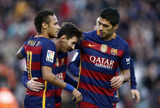 Na archívnej snímke útočník Barcelony Lionel Messi (vpravo) oslavuje svoj gól s Neymarom (vľavo) a Luisom Suarezom (vpravo)