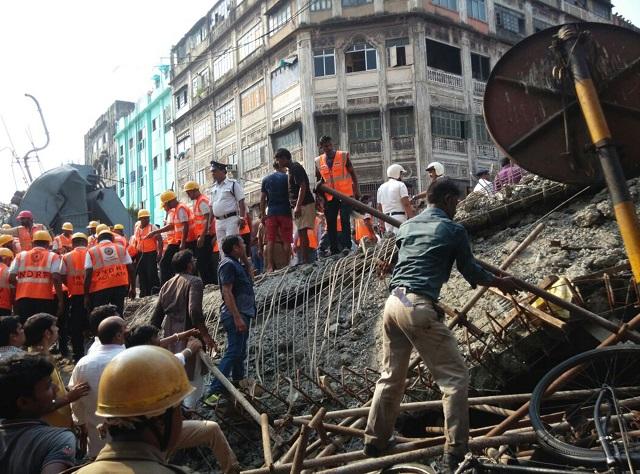 áchranári prehľadávajú ruiny zrúteného nadjazdu v indickej Kalkate 31. marca 2016.  Najmenej desať ľudí zahynulo dnes pri zrútení rozostavaného cestného nadjazdu v Kalkate na východe Indie