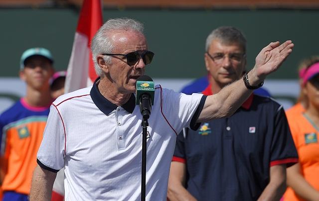 Riaditeľ turnaja Raymond Moore reční po finálovom zápase mužskej dvojhry, v ktorom Srb Novak Djokovič porazil Kanaďana Milosa Raonica na turnaji ATP Masters 1000 v Indian Wells