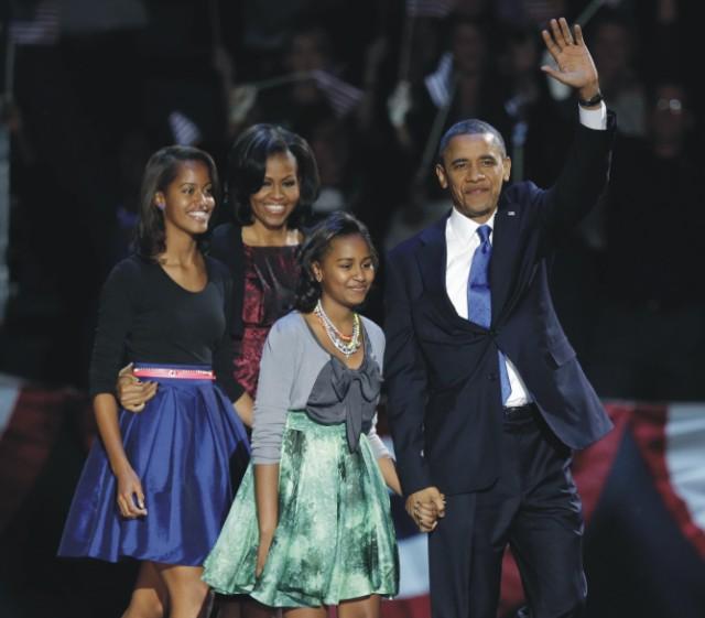 Na archívnej snímke americký prezident Barack Obama máva na pódiu so svojou manželkou Michelle a dcérami Maliou a Sashou