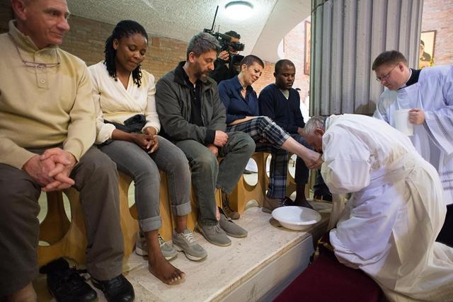 Na snímke pápež František umýva nohy na Zelený štvrtok