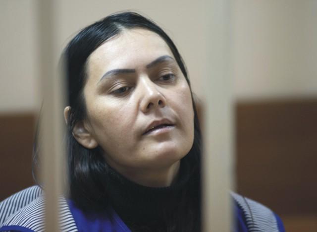 Na snímke tridsaťosemročná Gulčehra Bobokulovová z Uzbekistanu,  ktorá je podozrivá z vraždy dievčatka, o ktoré sa starala ako pestúnka, je pred súdom v Moskve 2. marca 2016.  Žena  zostane vo väzbe dva mesiace. K zločinu došlo uplynulý pondelok 29. februára 2016 vo štvrti na severozápade Moskvy. Vyšetrovaním sa zistilo, že pestúnka v pondelok ráno počkala, kým rodičia dievčatka odídu s jeho starším súrodencom z bytu. Z neznámych dôvodov potom dievčatko zavraždila, sťala mu hlavu, byt podpálila a z miesta činu ušla. Bezhlavé telo dievčatka našli hasiči privolaní k likvidácii požiaru v byte.  Brutálna vražda dievčatka bola pre Rusko šokom