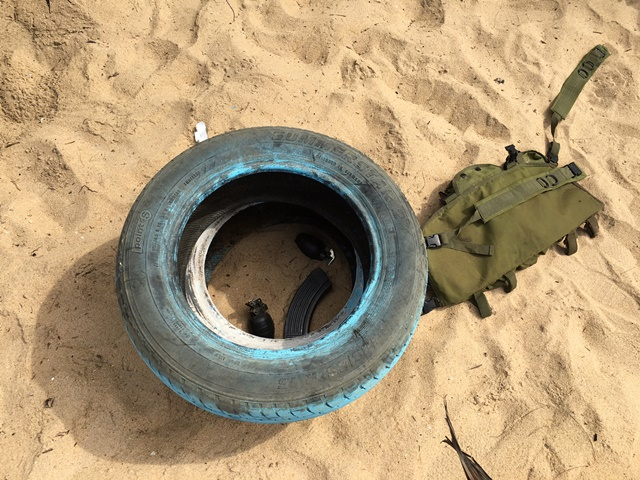 Na snímke granáty a munícia ležia na pláži neďaleko hotela Nouvelle Paillote, v ktorom zaútočili ozbrojení muži  v obľúbenom plážovom dovolenkovom rezorte Grand Bassam v západoafrickom štáte Pobrežie Slonoviny