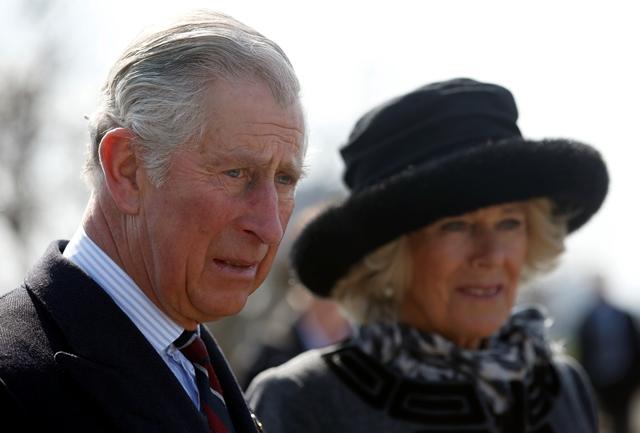 Na snímke vľavo britský korunný princ Charles s manželkou Camillou