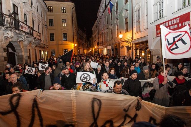 Na snímke tichý pochod proti fašizmu v uliciach Starého mesta v Bratislave
