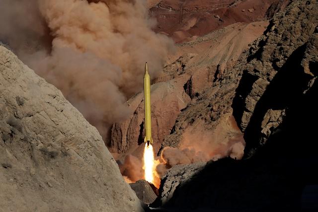 Na snímke z iránskej tlačovej agentúry Fars vypálenie balistickej rakety dlhého doletu Qadr H počas skúšobného manévru na neznámom mieste