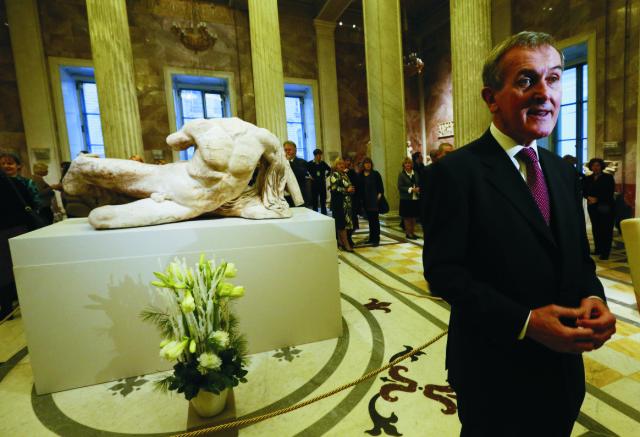 Na archívnej snímke je riaditeľ Britského múzea Neil MacGregor počas otvrenia výstavy gréckeho umenia