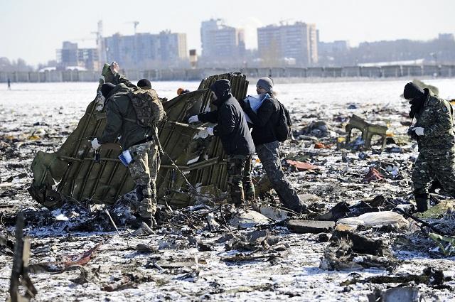 ríslušníci ruského ministerstva pre mimoriadne situácie a policajti si prezerajú v nedeľu 20. marca 2016 úlomky lietadla Boeing 737-800 nízkonákladovej leteckej spoločnosti FlyDubai, ktoré sa zrútilo vo vzdialenosti približne 250 metrov od prahu pristávacej dráhy na letisku v Rostove na Done v sobotu 19. marca 2016. Nehodu neprežil nikto zo 62 ľudí na palube. Z 55 cestujúcich, ktorí sa v čase nešťastia nachádzali na palube lietadla letiaceho z Dubaja do Rostova na Done bolo 33 žien, 18 mužov a štyri deti. Okrem cestujúcich zahynulo na palube lietadla aj sedem členov posádky. Zatiaľ nie je známe, čo nehodu spôsobilo, avšak jej pravdepodobnou príčinou mohla byť zlá viditeľnosť a silný bočný vietor. Mesto Rostov na Done leží neďaleko ukrajinských hraníc, približne 950 kilometrov južne od ruskej metropoly Mosk
