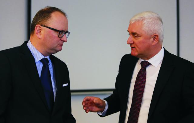 Na snímke sprava predseda predstavenstva Mondi SCP Miloslav Čurilla a prezident Mondi SCP Bernhard Peschek počas stretnutia predstaviteľov Mondi SCP s novinármi, ktorého témou boli informácie o novom pripravovanom projekte ECO plus v Ružomberku