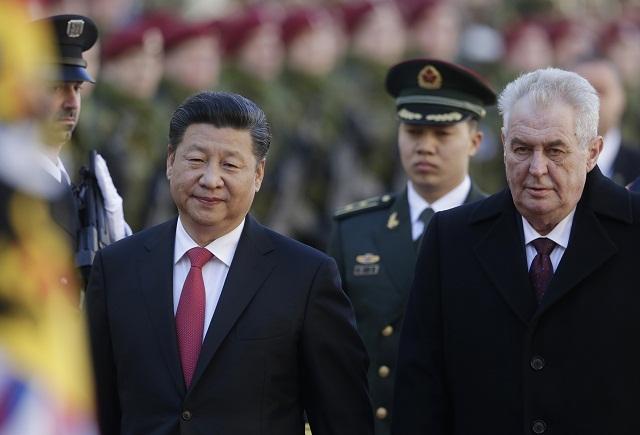 Čínsky prezident Si Ťin-pching (vľavo) a český prezident Miloš Zeman počas uvítacej ceremónie na Pražskom hrade 29. marca 2016. Čínský prezident je druhý deň na návšteve Českej republiky. Na Pražskom hrade sa stretol s Milošom Zemanom. Na programe má aj schôdzky s poprednými predstaviteľmi českej politiky