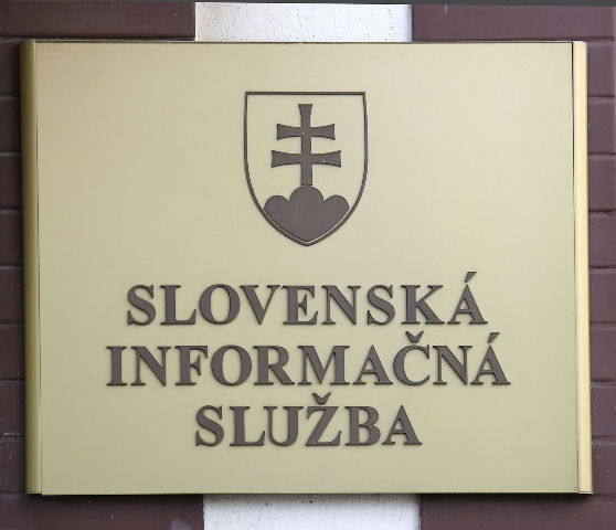 Na snímke tabuľa na budove SIS