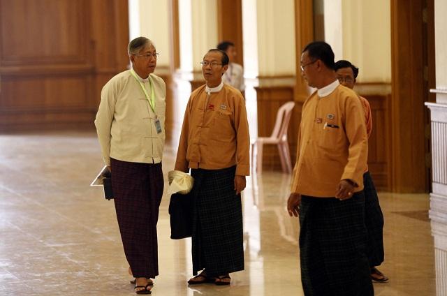 Na snímke vľavo prezidentský kandidát Tchin Ťjo sa rozpráva s poslancami za stranu Národná liga za demokraciu (NLD) v budove mjanmarského parlamentu v meste Nepjito 14. marca 2016.