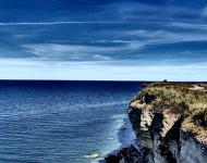 Okrem zhnitých rias Estónsko ponúka na západnom pobreží aj majestátne skalné útesy