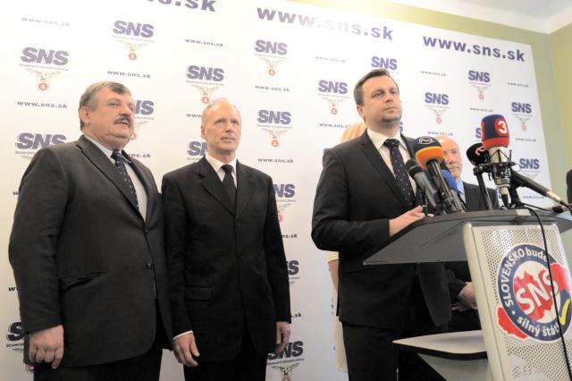 Na snímke zľava podpredseda Slovenskej národnej strany (SNS) Anton Hrnko, prvý podpredseda SNS Jaroslav Paška a predseda SNS Andrej Danko