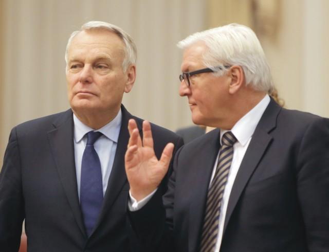 Na snímke vľavo Jean-Marc Ayrault a jeho kolega  Frank-Walter Steinmeier