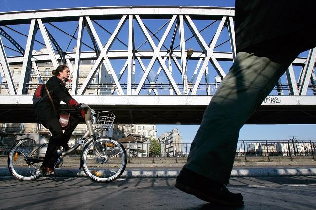Štrajkujúci prepravcovia dnes ochromili dopravu vo Francúzsku na protest proti vládnym reformám na trhu práce, ktorými by sa de facto mohol zrušiť 35-hodinový pracovný týždeň a ďalšie ustanovenia zákonníka práce