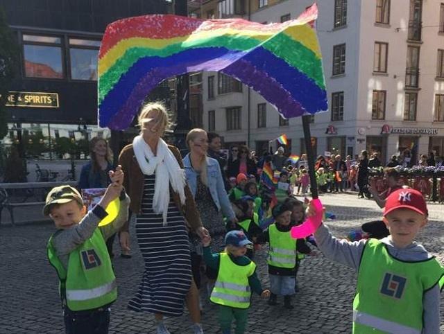 Švédske deti počas pochodu na podporu homosexuálov