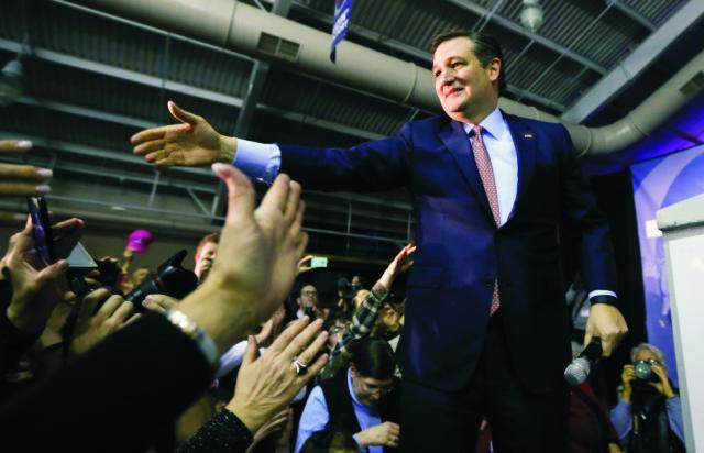 Na snímke uprostred Ted Cruz