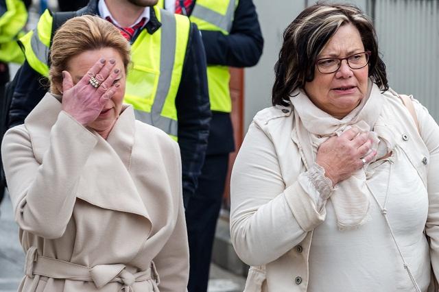 Ľudia kráčajú po explóziách z letiska Zavantem v Bruseli