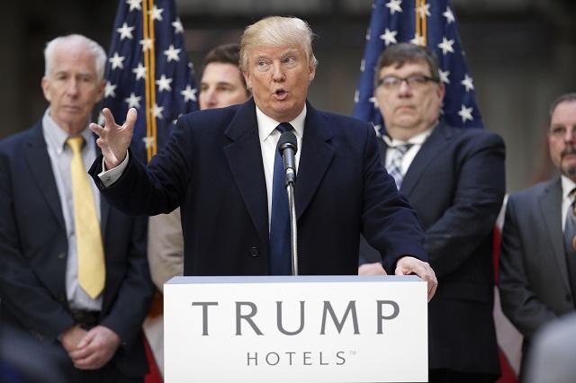 Americký republikánsky prezidentský kandidát Donald Trump reční počas predvolebnej kampani v rámci prezidentských primárok vo Washingtone 21. marca 2016