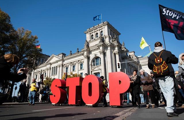 Verejnosť protestujúca proti TTIP pred nemeckým Bundestagom