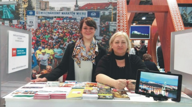 Na snímke zástupcovia bratislavskej  organizácie cestovného ruchu Bratislava Tourist Board (BTB) v stánku na 39. ročníku veľtrhu Utazás, kde prezentujú hlavné mesto Slovenska