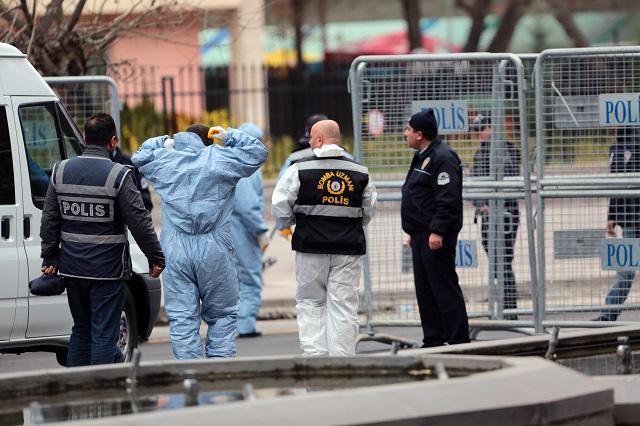 Policajti a forenzní experti sú na mieste nedeľňajšieho bombového výbuchu v pondelok 14. marca 2016, ku ktorému došlo v centre tureckého hlavného mesta Ankara.  Výbuch auta v štvrti Kizilay neďaleko hlavnej autobusovej stanice pri parku Güvenpark si vyžiadal  najmenej 39 obetí  a najmenej 120 zranených