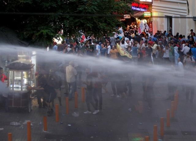 Turecká polícia znova zasahovala proti demonštrantom slzotvorným plynom a vodnými delami