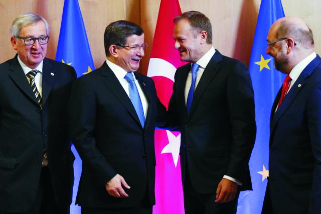 Zľava predseda Európskej komisie Jean-Claude Juncker, turecký premiér Ahmet Davutoglu, predseda Európskej rady Donald Tusk a predseda Európskeho parlamentu Martin Schulz počas stretnutia v rámci mimoriadneho summitu EÚ a Turecka o riešení utečeneckej krízy 7. marca 2016 v Bruseli