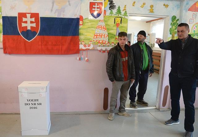 Na snímke voliči čakajú pri vchode do volebnej miestnosti vo voľbách do Národnej rady SR na koššickom rómskom sídlisku Luník IX v Koššiciach v sobotu 5. marca 2016