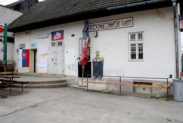 Na snímke pohľad na volebnú miestnosť (vľavo), ktorá je súčasťou pohostinstva v Solke, mestskej časti Nitrianske Pravno vo voľbách do Národnej rady SR, 5. marca 2016