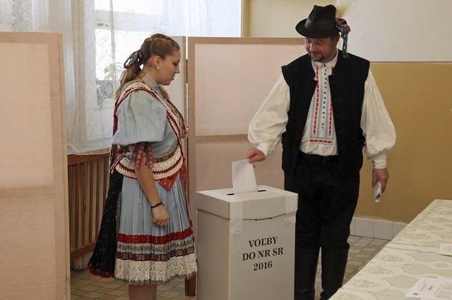 Členovia folklórneho súboru Martovce v tradičných krojoch hlasujú vo voľbách do Národnej rady SR, v Martovciach, okres Komárno 5. marca 2016
