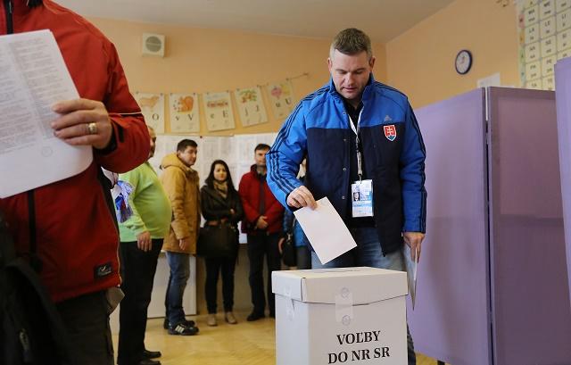Na snímke predseda Národnej rady Slovenskej republiky Peter Pellegrini vhadzuje obálku do volebnej urny vo volebnej miestnosti v okrsku číslo 25 v ZŠ s MŠŠ Demänová vo voľbách do Národnej rady SR v Liptovskom MikulṚi