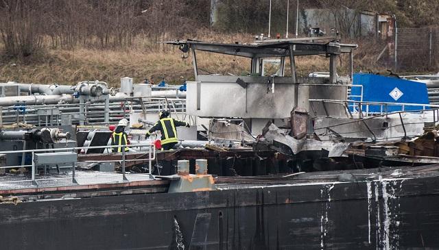 Hasiči zasahujú na palube tankera po explózii, ku ktorej došlo v lodeniciach v Duisburgu