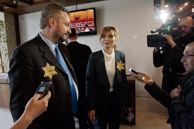 Na snímke poslanec SaS Ondrej Dostál a poslankyňa OĽANO-NOVA Viera Dubačová pred otvorením ustanovujúcej schôdze Národnej rady Slovenskej republiky (NR SR) VII. volebného obdobia