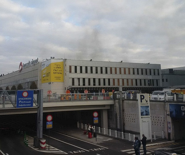 Na snímke dym stúpa po explóziách z letiska Zavantem v Bruseli