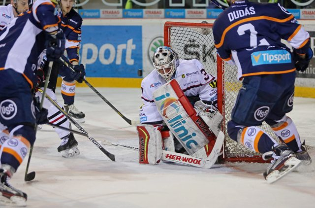 Na snímke druhý sprava brankár Jason Bacashihua (Banská Bystrica) v treťom zápase semifinále play off hokejovej Tipsport Ligy HC'05 iClinic Banská Bystrica - HC Košice