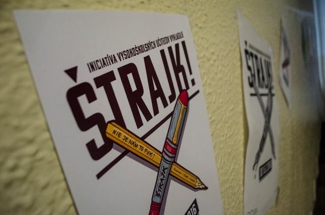 Na snímke plagáty štrajkového výboru Iniciatívy vysokoškolských učiteľov