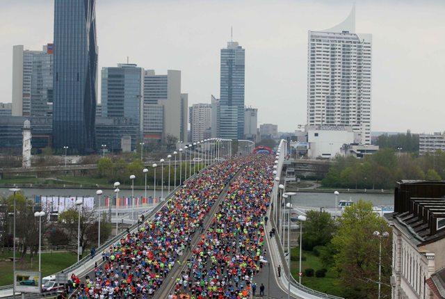 Na snímke tisícky účastníkov na moste cez Dunaj počas mestského maratónu vo Viedni v nedeľu 10. apríla 2016